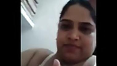 Desi mami Mitu Showing her boobs