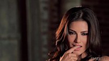 Sunny Leone flaunting and fingering her pussy