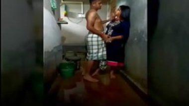 Desi hot girl bathroom sex with cousin