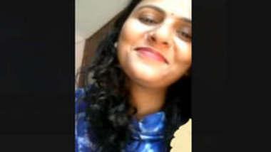 Beautiful Cute Paki Bhabi Showing Boobs On VideocAll