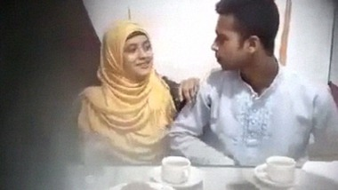 Young desi lovers ki restaurant blowjob sex