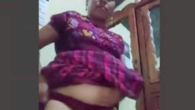 Desi Village Bhabhi Showing Pussy