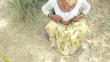 Desi village aunty outdoor show her pussy