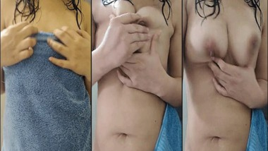 Horny Desi girl crushing boobs after bath MMS selfie video