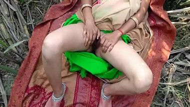 Bhabhi with her lover trying to fulfill their sexual desires so went outdoor