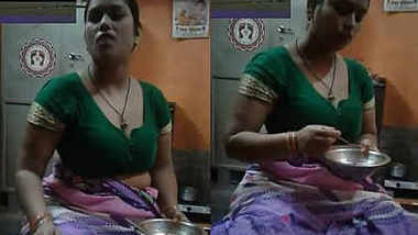 aunty boobs in saree
