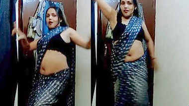 Desi Hot Aunty in Bra and Saree