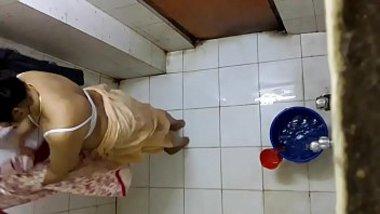 Hidden cam xxx video of my voluptuous Desi aunty taking a bath