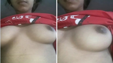 Indian girl has full lips and boobs to flash in her XXX broadcast