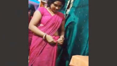 Desi Bhabhi STrip Her Saree and Showing Pussy